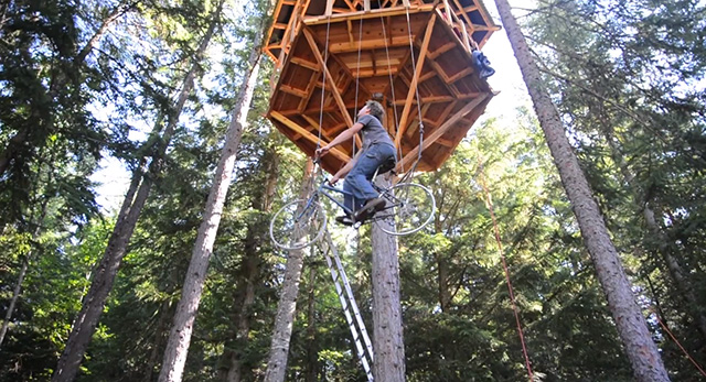 Amazing! A Bicycle-powered Treehouse Elevator Lifts A Rider 30 Feet In Seconds