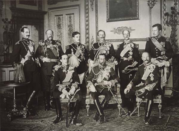 4. Nine kings gather to mourn the death of King Edward VII (1910).