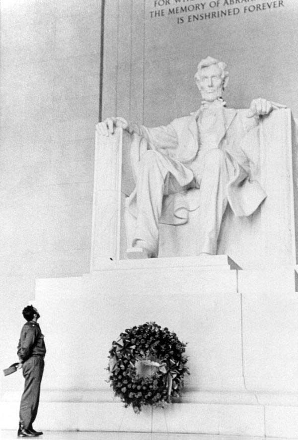36. Fidel Castro lays a wreath at the Lincoln Memorial (1959).