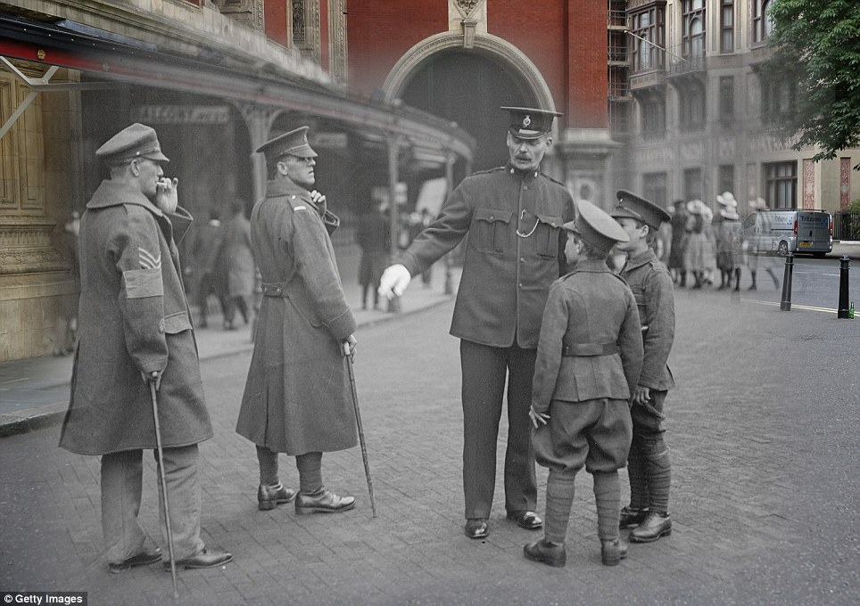 century-old photos of World War 1 soldiers. it's been 100 years now Wounded soldiers and cadets at the Royal Albert Hall in London