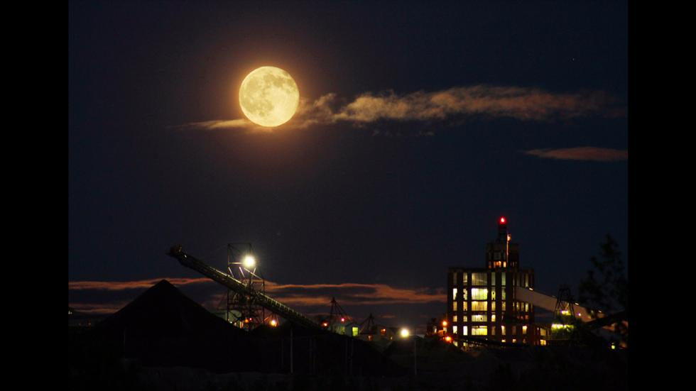 It's amazing out there awesome pictures Bad Moon Rising Over Calcite