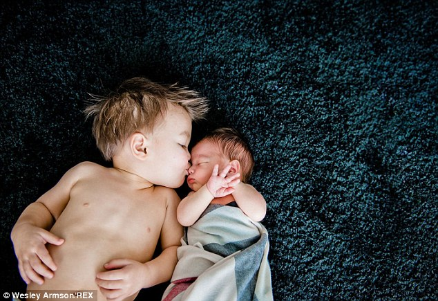 a-father-of-two-photographs-his-sons-as-babies-to-remember-precious-moments