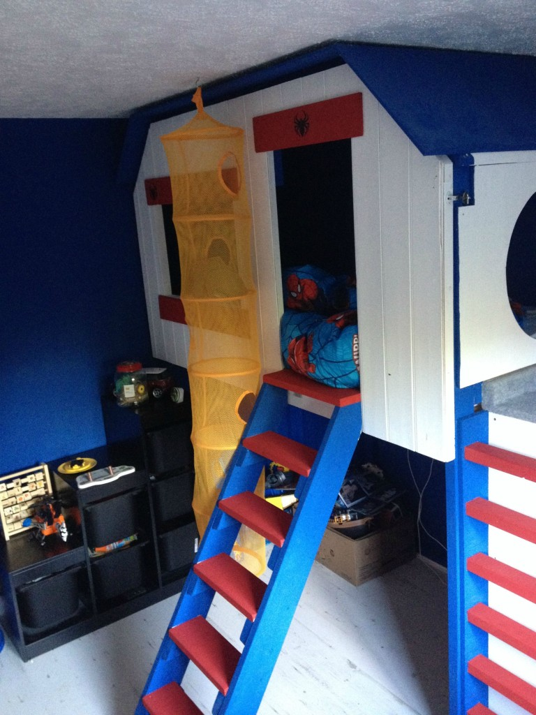 A talented father built his never-materialized childhood dream treehouse for his 5-year-old boy in his bedroom!