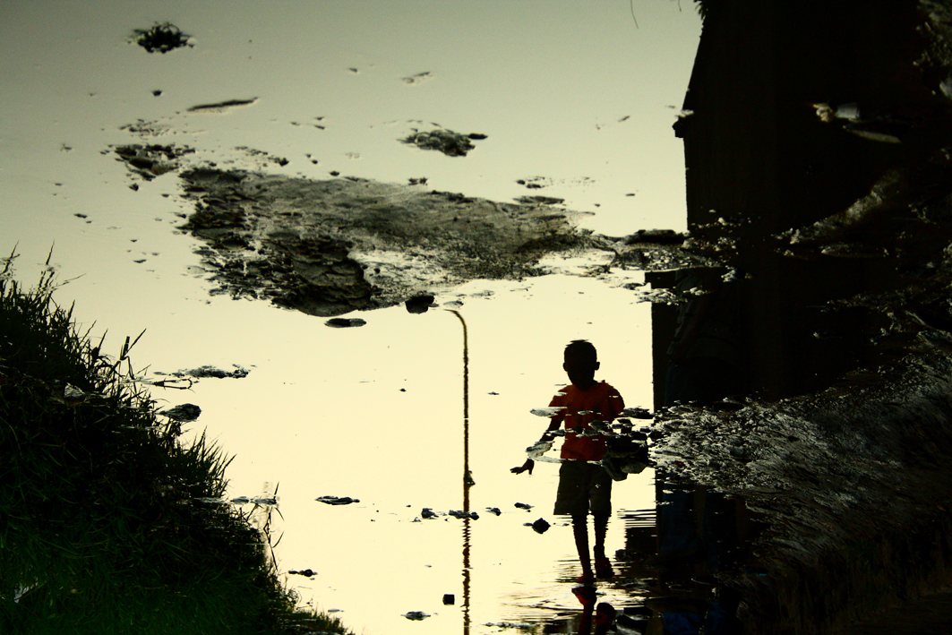 photographer-captured-the-beauty-of-puddles-in-the-city