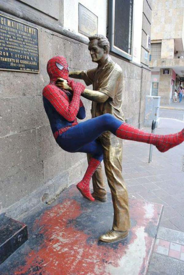 More funny photos of people messing with statues, these are so hilarious! Statues be like: what am I doing wrong?