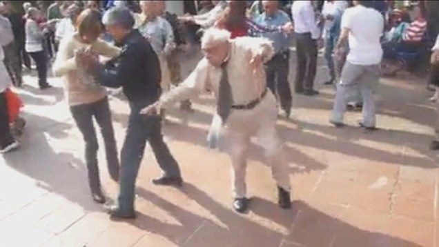 Grandpa surprises everyone with his nifty moves at a wedding Hottest dancer
