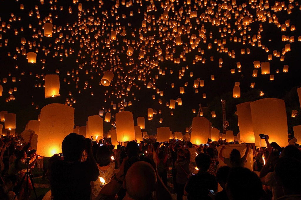 Gorgeous images by Thai photographer Vichaya Pop Floating Lantern